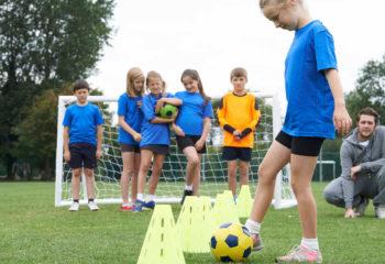 nina-practica-futbol